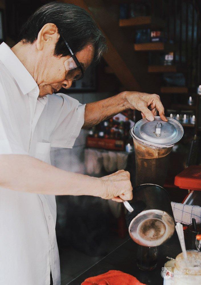 Quán café vợt trong con hẻm đường Phan Đình Phùng của ông Đặng Ngọc Côn (80 tuổi) đã truyền đến 3 đời và là điểm dừng chân của nhiều thế hệ khác nhau sinh sống ở Sài Gòn.
