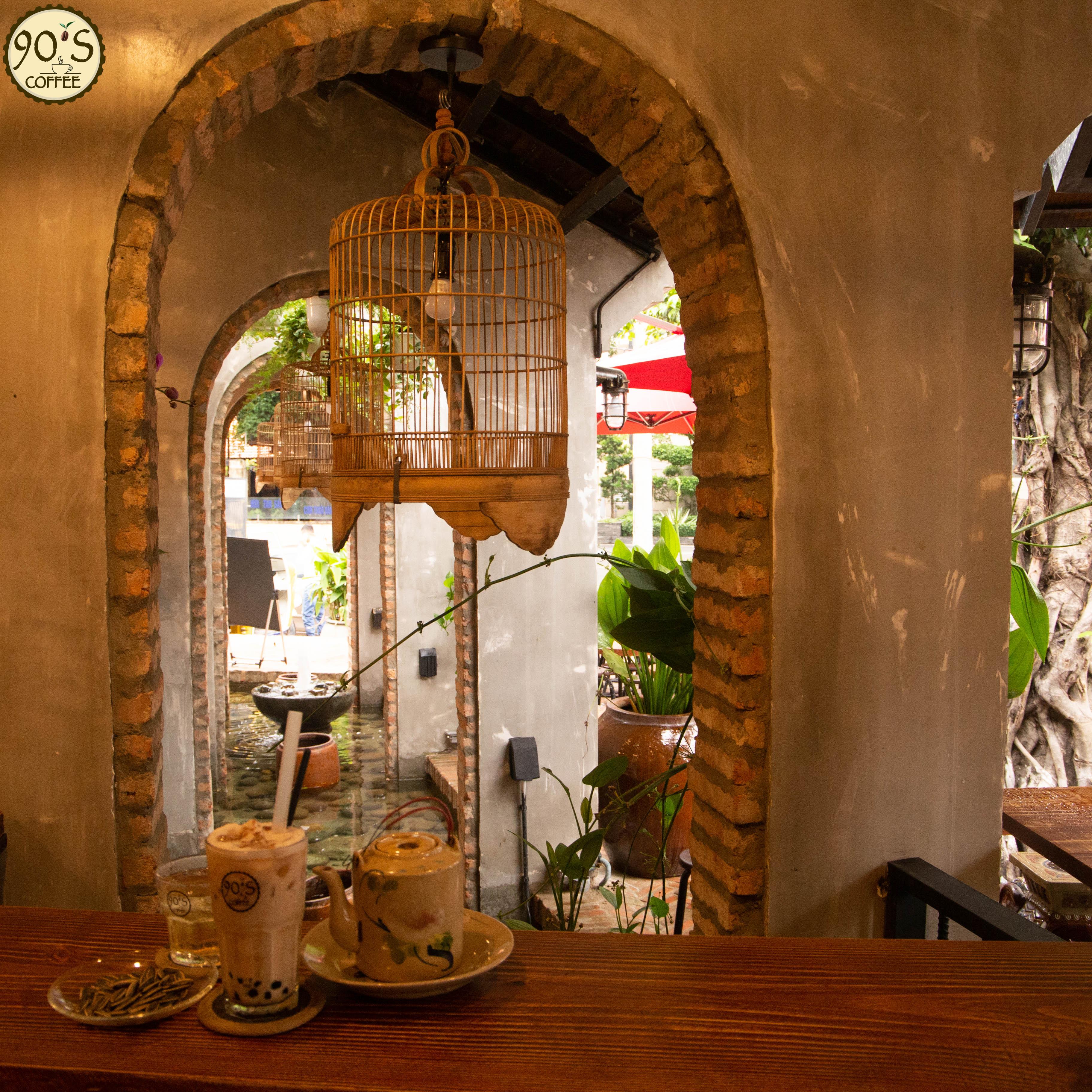 Không gian quán 90S Coffee phân chia nhiều góc cạnh