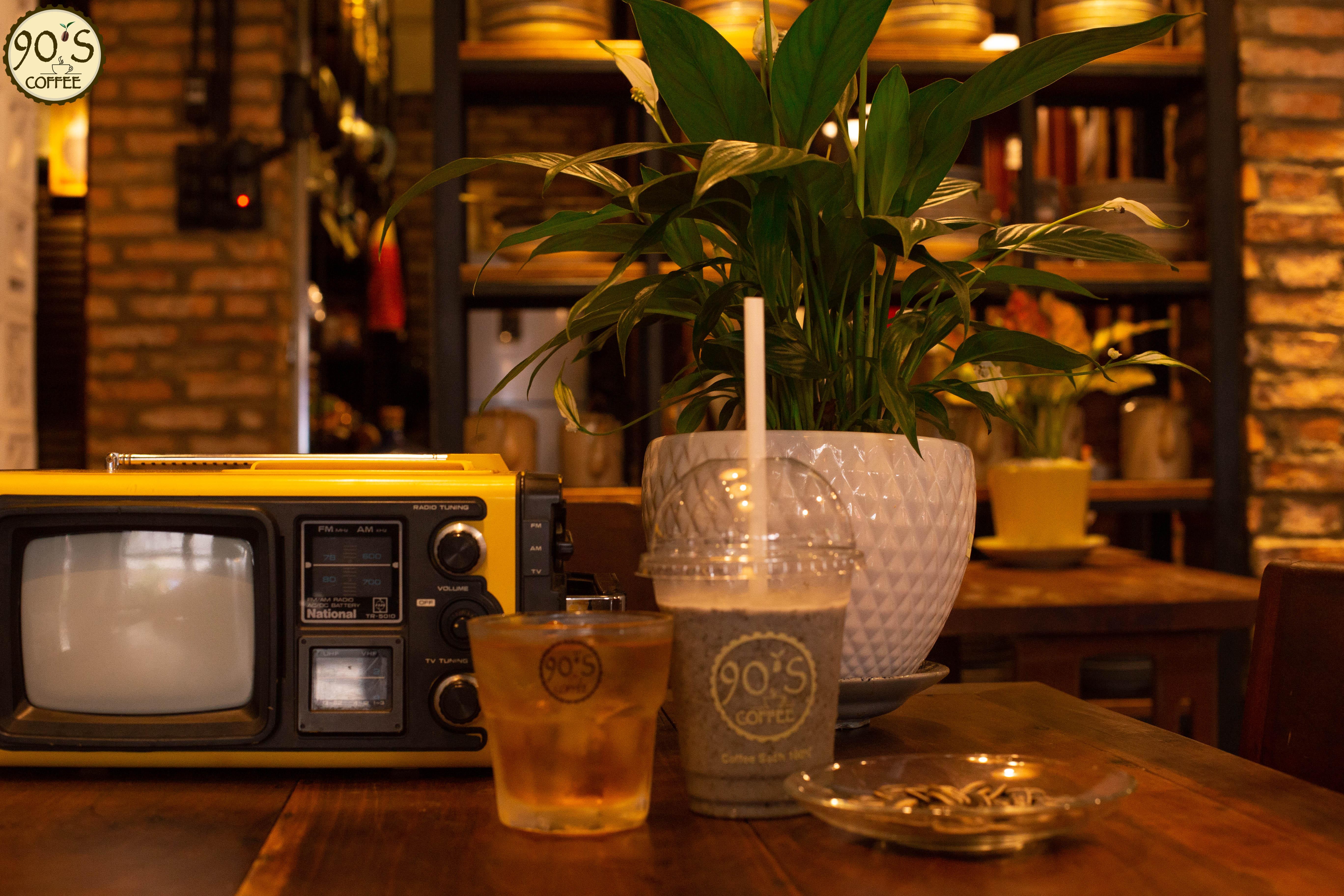 Một góc trang trí trong quán 90S Coffee
