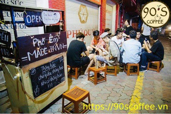 cac chuong trinh kguyen mai ghi tren bang den tai cafe coc