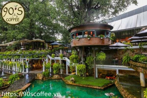 Khong gian quan cafe nhu khu vuon co tich.