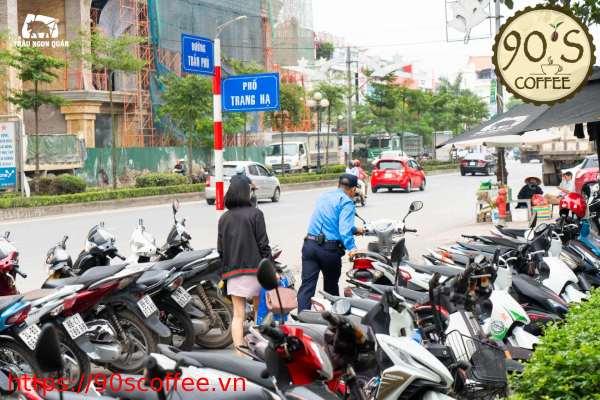 Dat xe cho khach hang de tang tinh chuyen nghiep cho quan cafe.